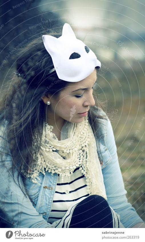 Mensch Jugendliche Erwachsene feminin Gefühle 18-30 Jahre Junge Frau Maske brünett langhaarig Schal Ohrringe