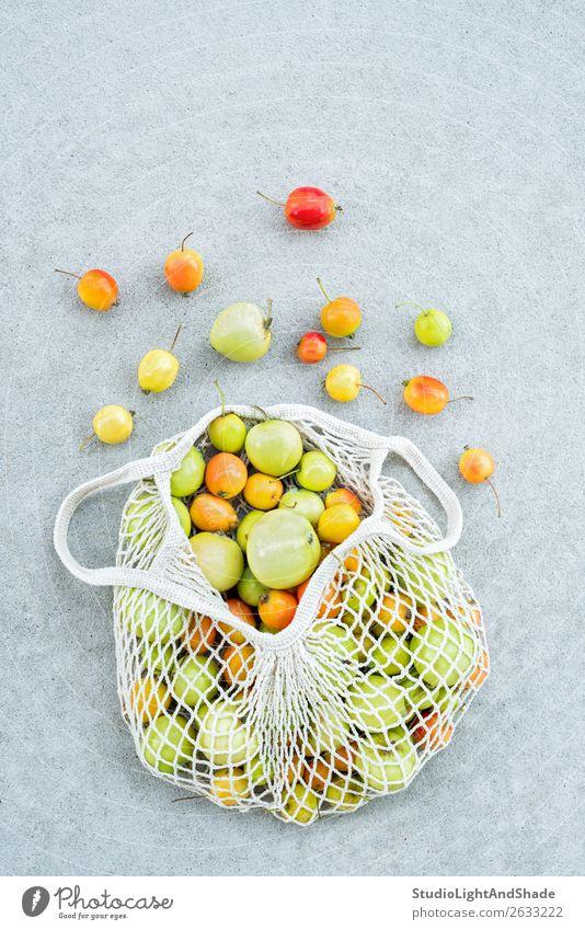 Äpfel aus dem Garten in einem Baumwollgewebebeutel Lebensmittel Frucht Apfel kaufen Sommer Gartenarbeit Natur Herbst Beton einfach hell trendy modern natürlich