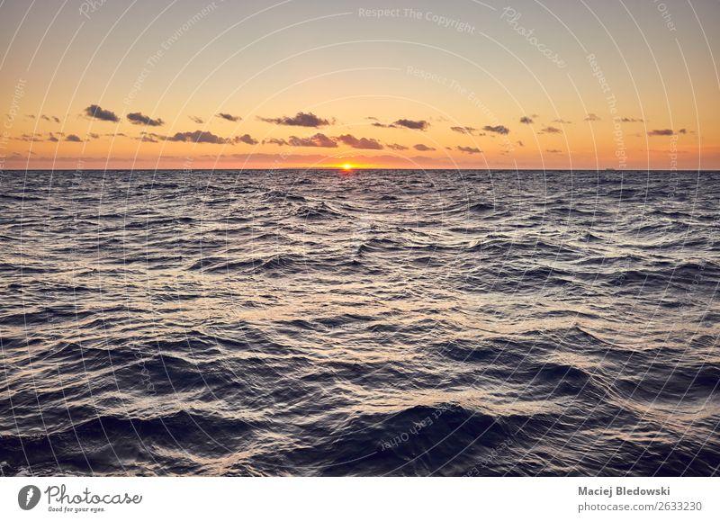 Bild eines Meeres bei Sonnenuntergang. Ferien & Urlaub & Reisen Kreuzfahrt Tapete Natur Landschaft Himmel Horizont Ostsee dunkel Ferne Stimmung ruhig Hoffnung