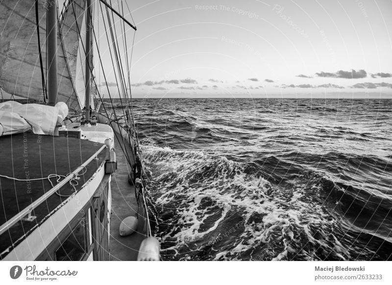 Alte Segelschifffahrt. Ferien & Urlaub & Reisen Abenteuer Freiheit Kreuzfahrt Meer Wellen Sport Segeln Horizont Wetter Wind Nordsee Ostsee Verkehr Jacht