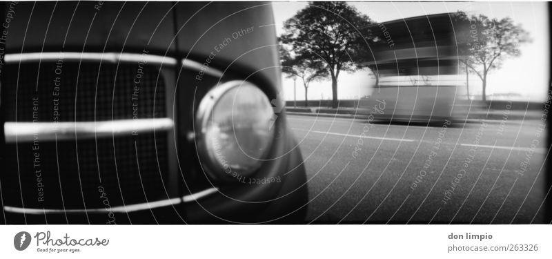 minibus alt weiß Baum Ferien & Urlaub & Reisen schwarz Straße Bewegung Stimmung Verkehr fahren nah Fahrzeug Bus Surrealismus Scheinwerfer Personenverkehr