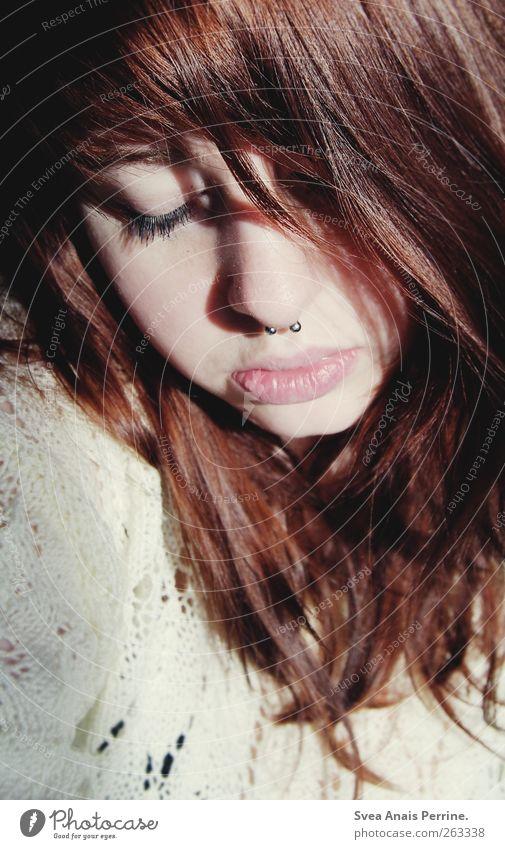 schatten! Mensch Jugendliche Erwachsene feminin Haare & Frisuren Mund natürlich Nase 18-30 Jahre Junge Frau brünett Pullover langhaarig Piercing Nasenpiercing