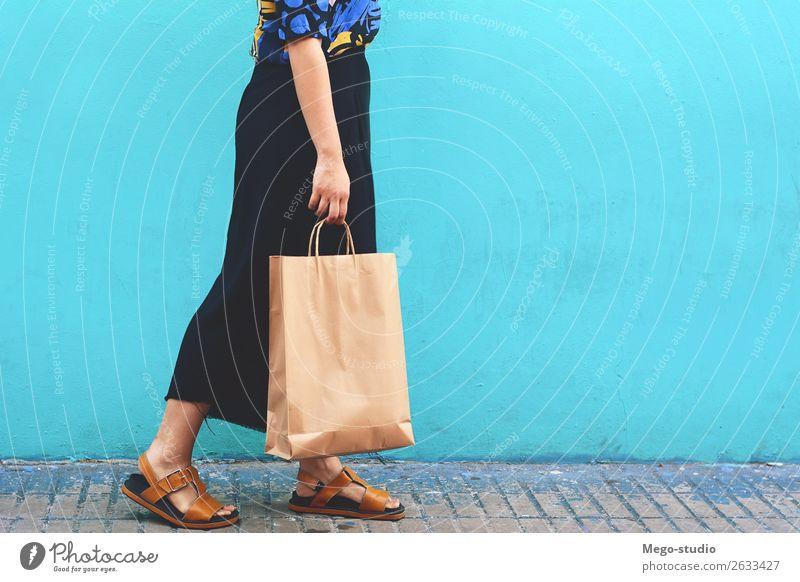 Junge Frau geht mit Einkaufstaschen spazieren Lifestyle kaufen Stil Freude Glück schön Mensch Erwachsene Hand Straße Mode Kleid Damenschuhe Lächeln tragen