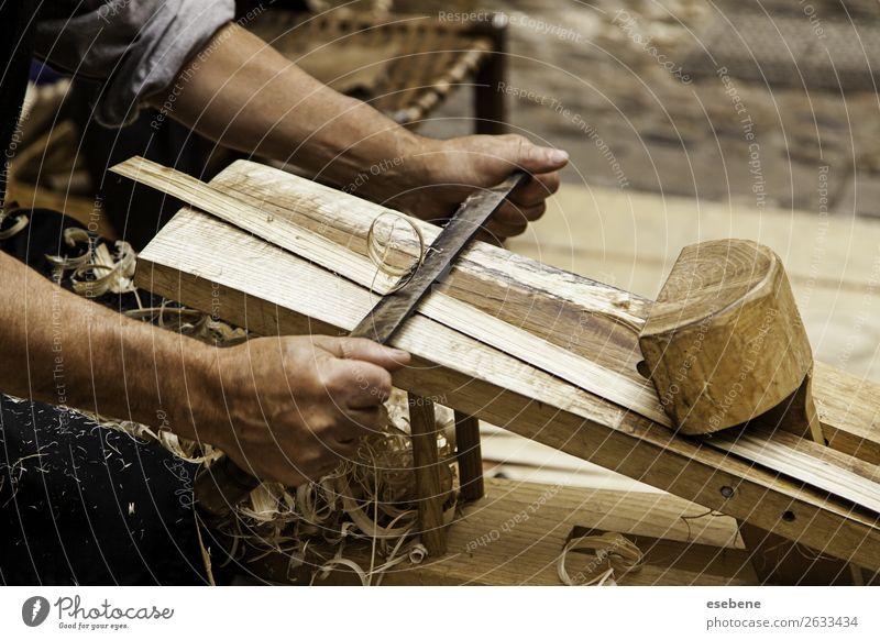 Holzschnitzel auf traditionelle Weise entfernen Design Freizeit & Hobby Arbeit & Erwerbstätigkeit Industrie Handwerk Werkzeug Hammer Mensch Mann Erwachsene