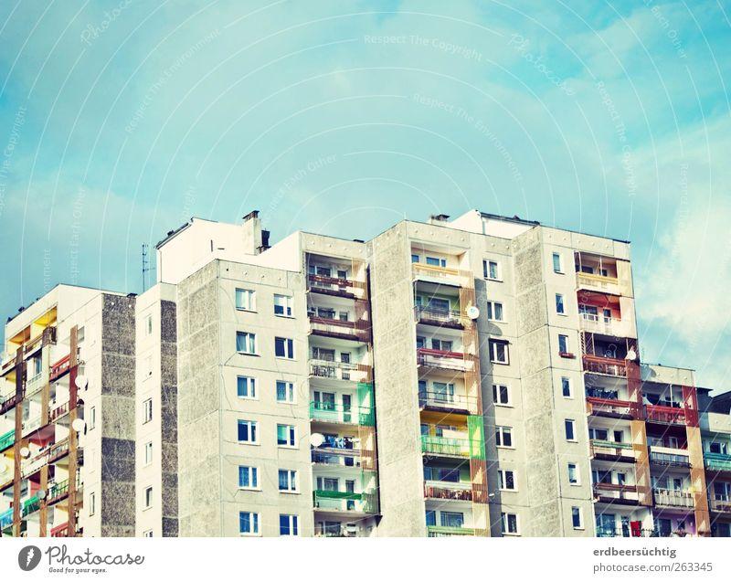 Luftschlösser bauen Stadt Skyline Haus Hochhaus Gebäude Mauer Wand Fassade Balkon Fenster Dach Stein Beton alt Häusliches Leben Freundlichkeit groß blau
