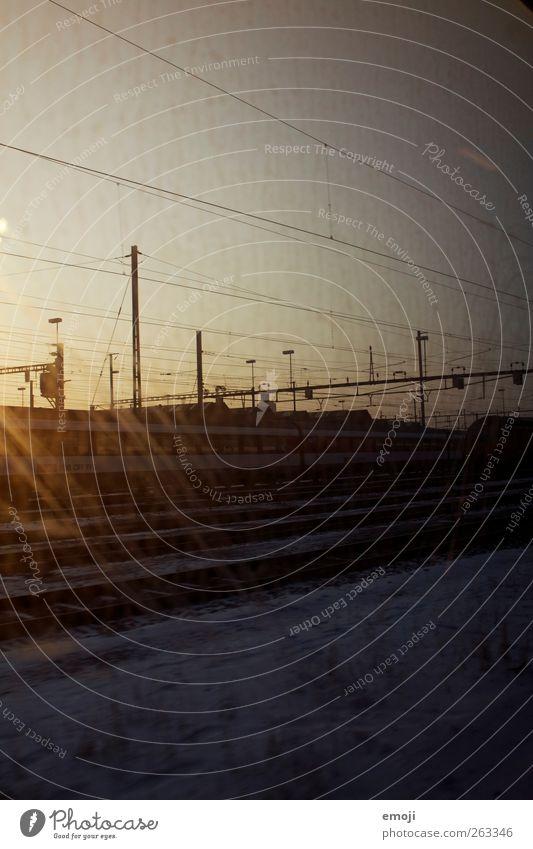 Traumwirklichkeit dunkel Verkehr Eisenbahn Gleise Verkehrswege Bahnhof Fensterscheibe Personenverkehr Verkehrsmittel S-Bahn Bahnfahren