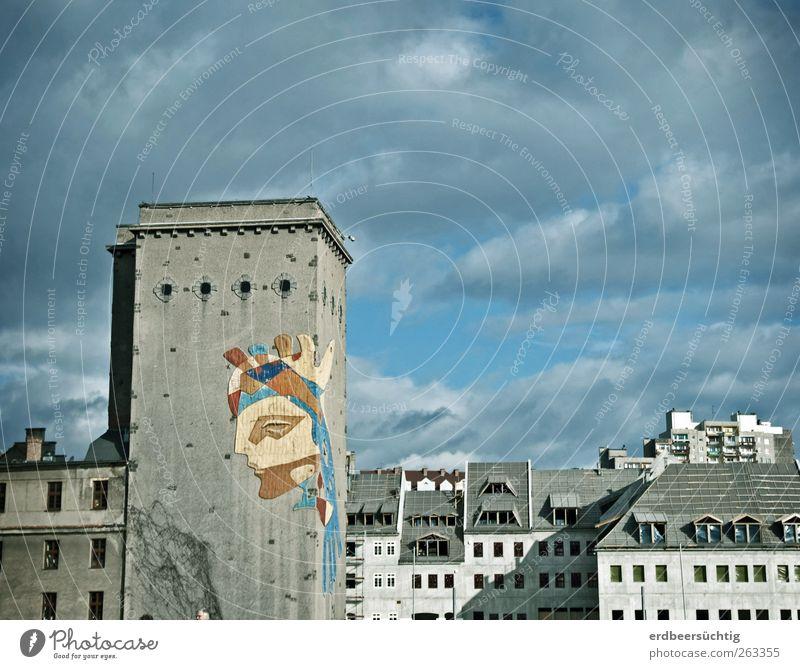 Grenz-Kunst Himmel Wolken Stadt Menschenleer Haus Gebäude Turm Burgturm Mauer Wand Fassade Fenster Dach Stein Beton alt Häusliches Leben ästhetisch trist