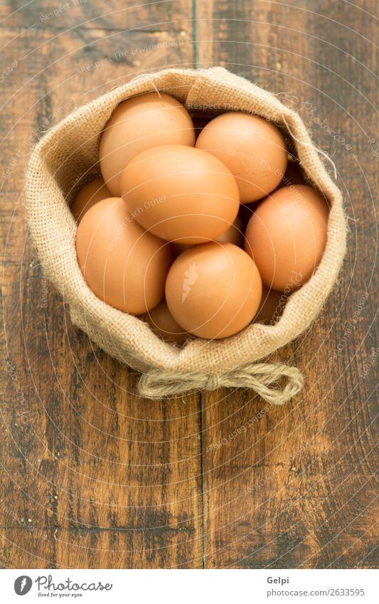 Viele rohe Eier Ernährung Frühstück Diät Schalen & Schüsseln Küche Feste & Feiern Ostern Menschengruppe Natur Vogel Holz frisch natürlich braun weiß Tradition