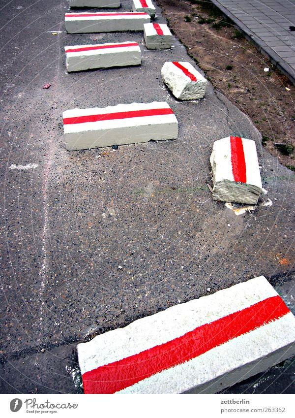 Baustelle Stadt Architektur Verkehrswege Straße Wege & Pfade Wegkreuzung Verkehrszeichen Verkehrsschild bauen Straßenbau Straßenbegrenzung rot weiß Asphalt