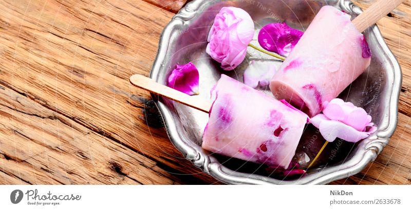Eiscreme mit Blumengeschmack Krause Minze Kraut Entzug Veganer Eisbecher Roséwein süß Dessert Lebensmittel Sahne Sommer Speiseeis gefroren kalt Geschmack