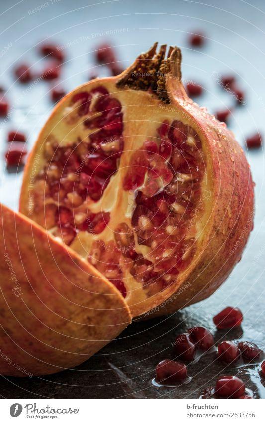 granatapfel Lebensmittel Frucht Bioprodukte Vegetarische Ernährung Gesunde Ernährung exotisch frisch Gesundheit Granatapfel Kerne Küchentisch Wassertropfen
