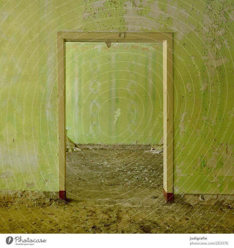 Garnison Haus Ruine Bauwerk Gebäude Mauer Wand Tür alt kaputt Stimmung Verfall Vergangenheit Vergänglichkeit Wandel & Veränderung Unbewohnt Farbe Tapete