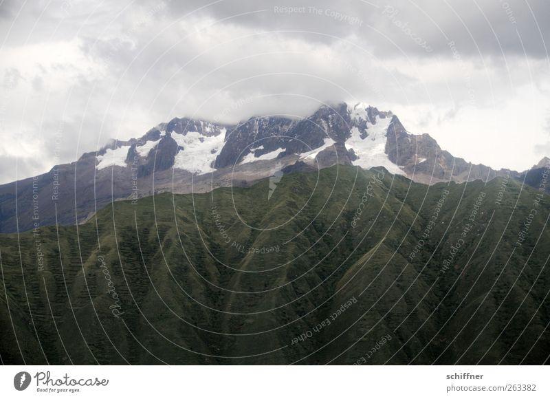 Über Urubamba Umwelt Natur Landschaft Wolken schlechtes Wetter Sturm Hügel Felsen Berge u. Gebirge Gipfel Schneebedeckte Gipfel Gletscher Vulkan Schlucht