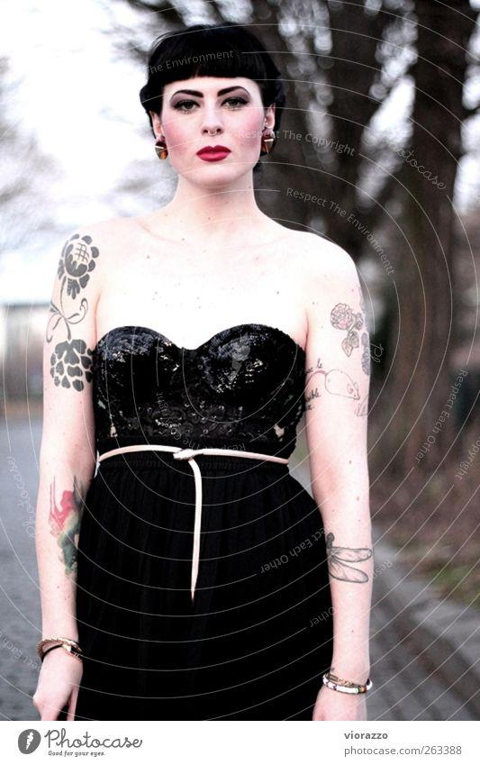 EVE. elegant Stil schön Schminke Junge Frau Jugendliche 18-30 Jahre Erwachsene Rockabilly Mode Tattoo Piercing Haare & Frisuren Pony glänzend außergewöhnlich