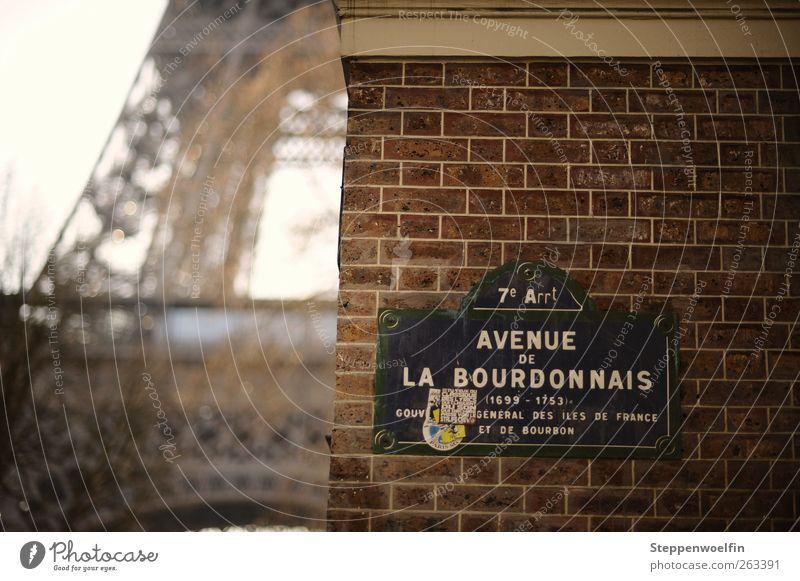 Eiffelturm im Alltag rot Wand grau Mauer braun Fassade Europa Metallwaren Bauwerk Backstein Paris Frankreich Hauptstadt Sehenswürdigkeit Altstadt Klischee