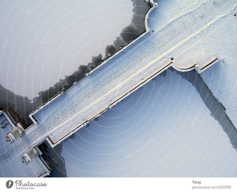 Spuren im Schnee Winter Eis Frost Brücke kalt Luftaufnahme Fußspur Schlossgraben Farbfoto Außenaufnahme Menschenleer Kontrast Vogelperspektive
