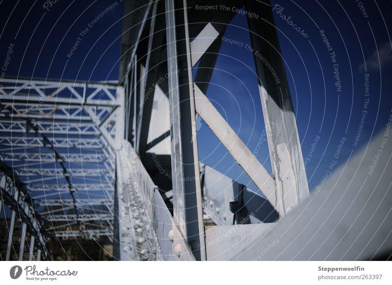 Himmelsbrücke blau Wolken Architektur Farbstoff grau hell Metall trist Perspektive groß Kultur Brücke Bauwerk Rost Stahl