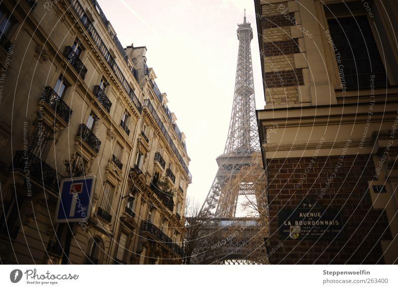 Eiffelturm im Alltag II Himmel Haus Fenster Fassade Tourismus Europa Paris Balkon Wahrzeichen Frankreich Stadtzentrum Sehenswürdigkeit Altstadt Straßennamenschild Tour d'Eiffel