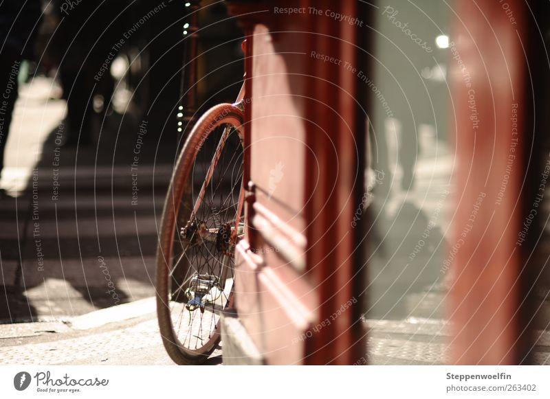 Schatten, Spiegelung und ein Fahrrad rot Straße Wand Bewegung grau Mauer gehen außergewöhnlich Aktion Europa Bürgersteig Rad parken Fußgänger Altstadt