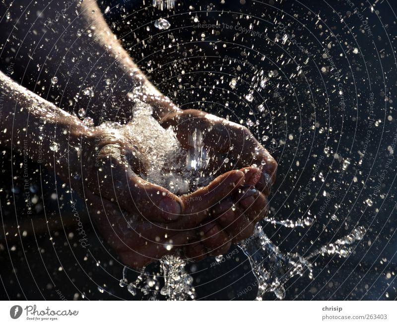 Wasser marsch!!! Mensch Hand Finger Wassertropfen Regen berühren Reinigen nass Sauberkeit Reinlichkeit Reinheit Wasserspritzer Bewegungsunschärfe Handfläche