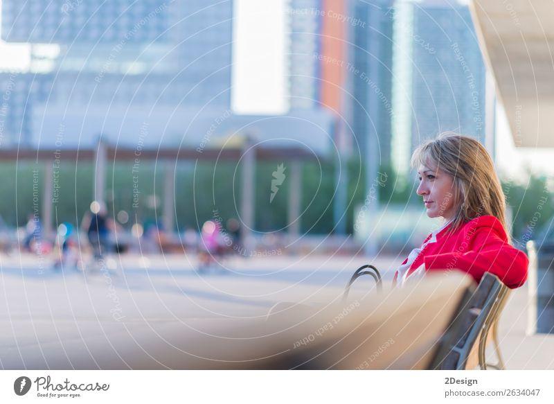 Blonde, entspannte Geschäftsfrau, die auf einer Bank in der Stadt sitzt. Lifestyle schön ruhig Meditation Business Mensch feminin Frau Erwachsene Park Hemd Rock
