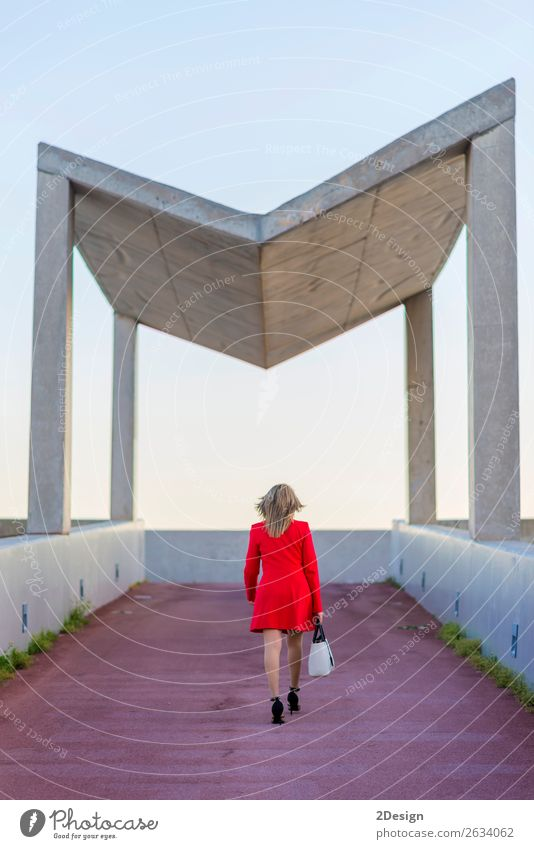 Hinteres Bild einer blonden Frau mit roter Jacke Lifestyle Business feminin Erwachsene Hemd Rock Schuhe Damenschuhe schwarz weiß hinten Geschäftsfrau