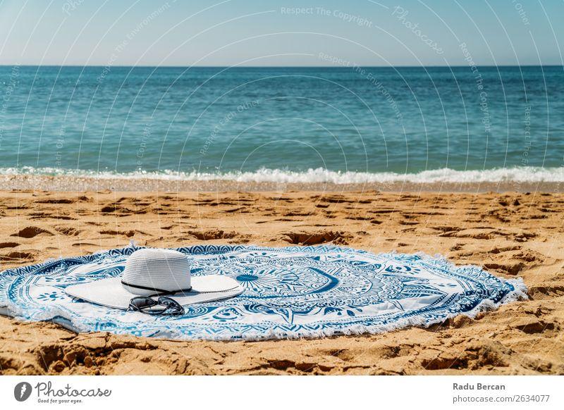 Rundes Strandtuch, Hut und Sonnenbrille im Sommerurlaub Lifestyle elegant Stil Erholung Freizeit & Hobby Ferien & Urlaub & Reisen Tourismus Freiheit Sonnenbad