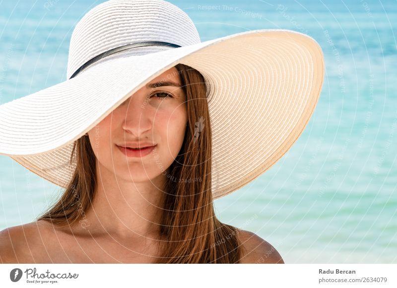 Porträt einer jungen Frau mit weißem Strandhut Hut Sommer Jugendliche Mädchen Mode Meer schön Ferien & Urlaub & Reisen Beautyfotografie Lifestyle Sonnenstrahlen