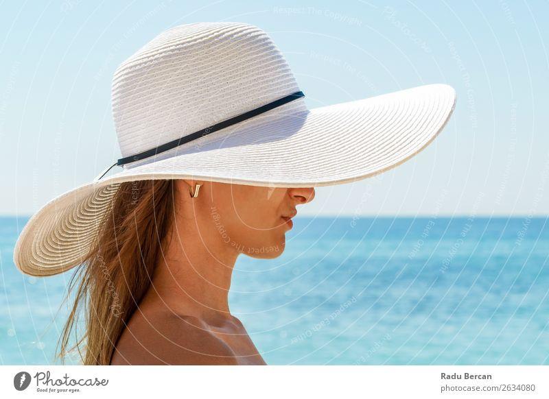 Porträt einer jungen Frau mit weißem Strandhut Lifestyle elegant Stil Freude schön Leben Erholung Freizeit & Hobby Ferien & Urlaub & Reisen Freiheit Sommer