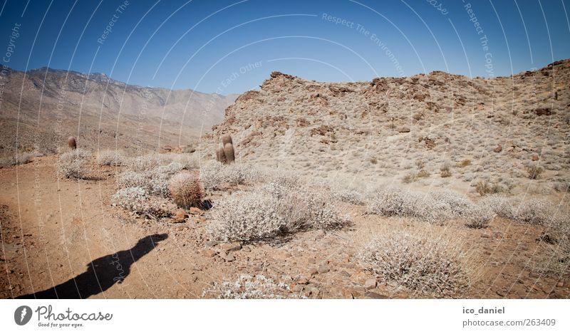 (fast) ganz allein Mensch blau Ferien & Urlaub & Reisen Sommer Einsamkeit ruhig Ferne Landschaft feminin Freiheit Wege & Pfade Stein braun Körper Felsen Ausflug