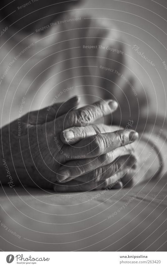 däumchen drehen Mensch Frau alt Hand ruhig Erwachsene Erholung Leben feminin Senior Denken Zufriedenheit warten Finger 60 und älter Großmutter