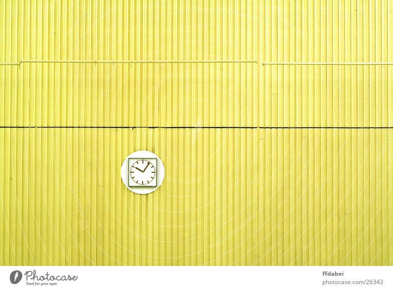 sechsnachzehn Wand Uhr Wanduhr gelb Schwimmhalle minimalistisch Goldener Schnitt Raum Architektur Detailaufnahme modern Zeit