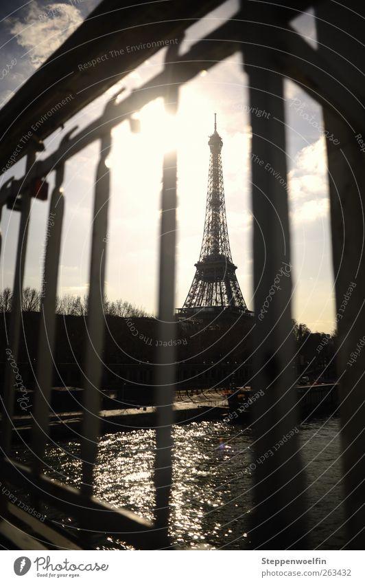 Eiffelturm hinter Gittern blau Wasser Stadt grau Kunst Wellen Perspektive Brücke Europa Aussicht Skyline Paris Stahl genießen Rost Wahrzeichen