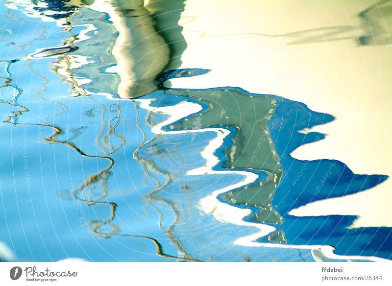 flüssige oberfläche Flüssigkeit Strukturen & Formen Reflexion & Spiegelung Sportboot Wasserfahrzeug weiß Jacht blau Hafen Natur Detailaufnahme frieren
