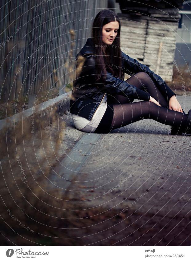 one day trip IV feminin Junge Frau Jugendliche 1 Mensch 18-30 Jahre Erwachsene Jacke Strümpfe Strumpfhose Leder brünett langhaarig dunkel trendy schön dünn