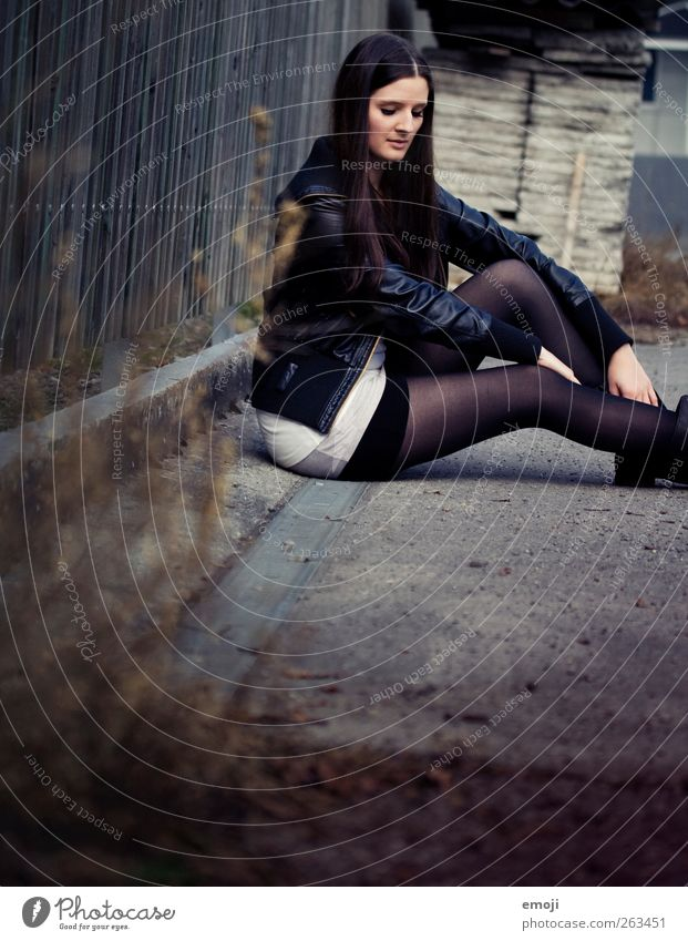 one day trip IV Mensch Jugendliche schön Erwachsene dunkel feminin sitzen 18-30 Jahre Junge Frau dünn Jacke brünett Strümpfe trendy Strumpfhose langhaarig