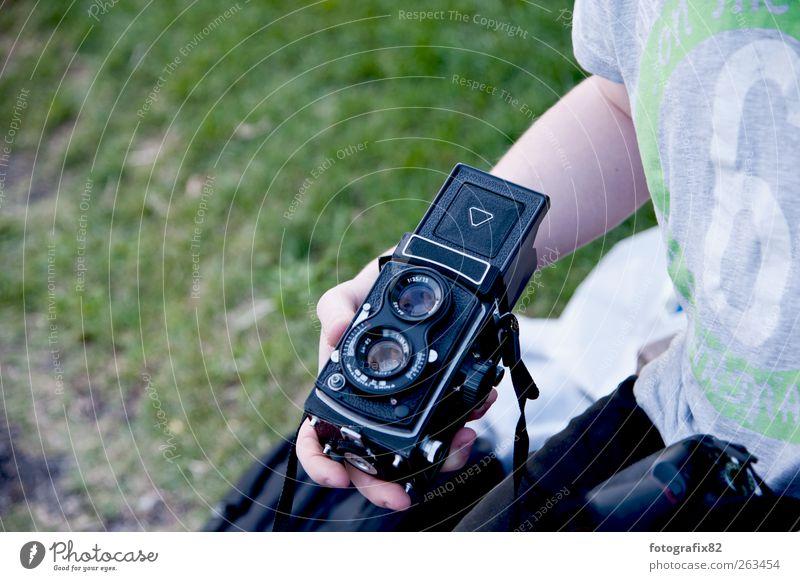 zweiäugig Lifestyle Fotokamera Technik & Technologie maskulin Junger Mann Jugendliche Arme Hand 1 Mensch 18-30 Jahre Erwachsene Sommer Wiese festhalten retro