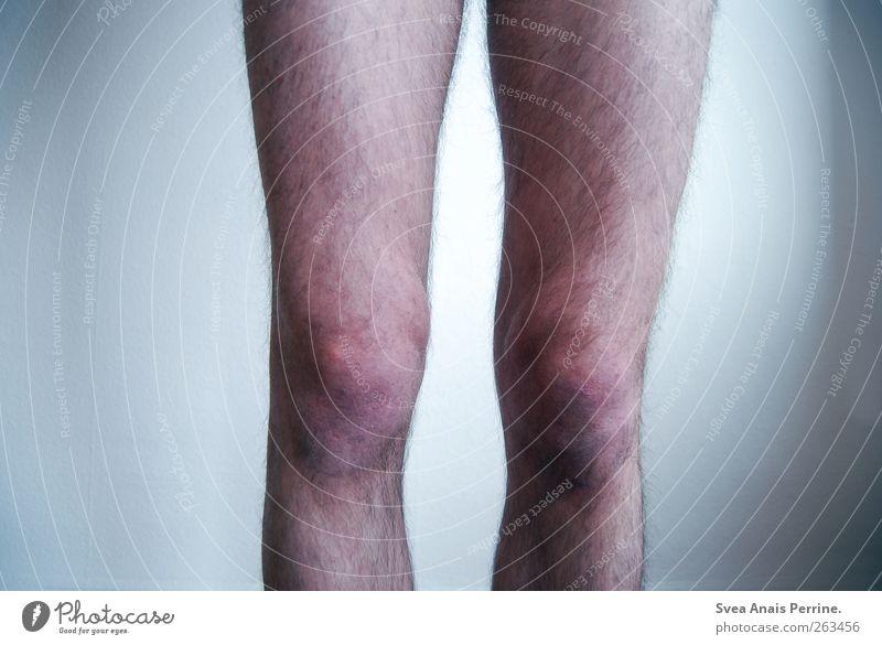knie. maskulin Junger Mann Jugendliche Beine 1 Mensch 18-30 Jahre Erwachsene Mauer Wand Behaarung stehen dünn Knie Farbfoto Gedeckte Farben Innenaufnahme