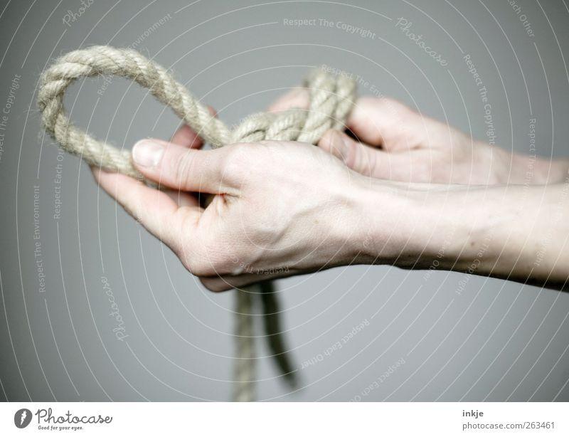 NippeldurchdieLasche.... Hand 1 Mensch Seil Knoten Schleife Schlaufe festhalten machen Beginn Genauigkeit kompetent komplex Konzentration Präzision Zusammenhalt