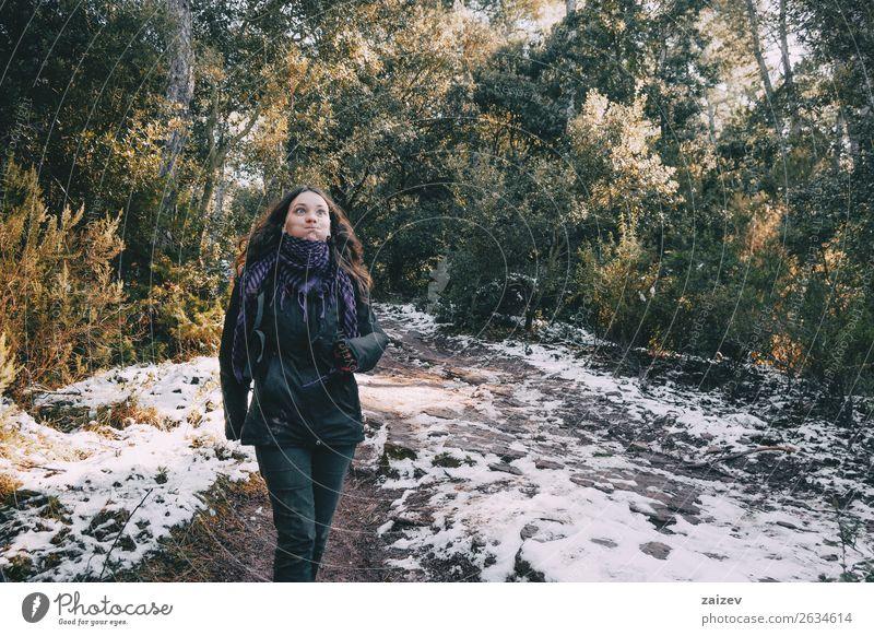Mädchen, die auf einer verschneiten Bergstraße herumtollen. Design Freude Glück schön Ferien & Urlaub & Reisen Ausflug Abenteuer Winter Schnee Berge u. Gebirge