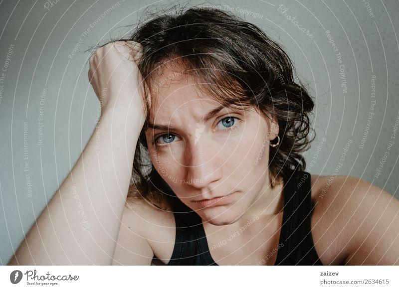 brünettes Mädchen mit kurzen Haaren und blauen Augen mit Kopfschmerzen Lifestyle schön Gesicht Krankheit Mensch Frau Erwachsene Jugendliche Hand Traurigkeit