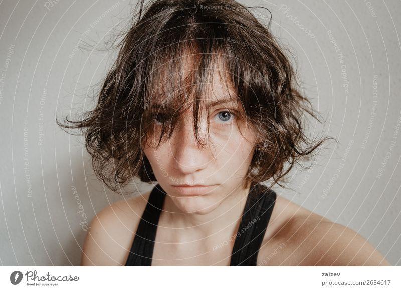 Nahaufnahme des Gesichts eines brünetten Mädchens mit kurzen Haaren Lifestyle Stil Glück schön Haare & Frisuren Mensch Frau Erwachsene Jugendliche Subkultur