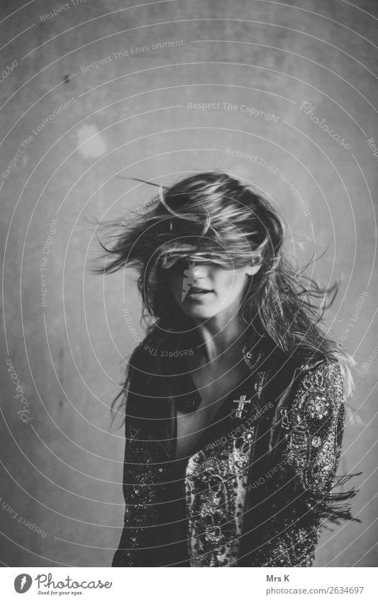 windy Lifestyle Stil Haare & Frisuren feminin Junge Frau Jugendliche Erwachsene 1 Mensch Jacke langhaarig sitzen authentisch einfach frech schön Bewegung Wind