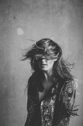 windy Mensch Jugendliche Junge Frau schön Lifestyle Erwachsene feminin Bewegung Stil Haare & Frisuren sitzen authentisch Wind einfach Jacke langhaarig