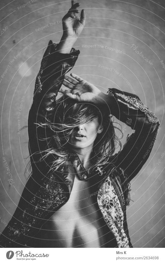 windy hair Lifestyle Stil Freude Haare & Frisuren Freizeit & Hobby Nachtleben Party Musik ausgehen Feste & Feiern Tanzen feminin Frau Erwachsene 1 Mensch