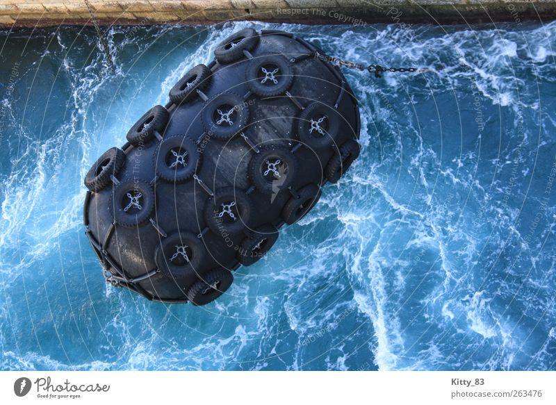 Das runde Schwarz im tiefen Blau Wasser Wellen Meer Gibraltar Hafen Schifffahrt Autoreifen Gummi Kette Stein Metall festhalten Schwimmen & Baden bedrohlich