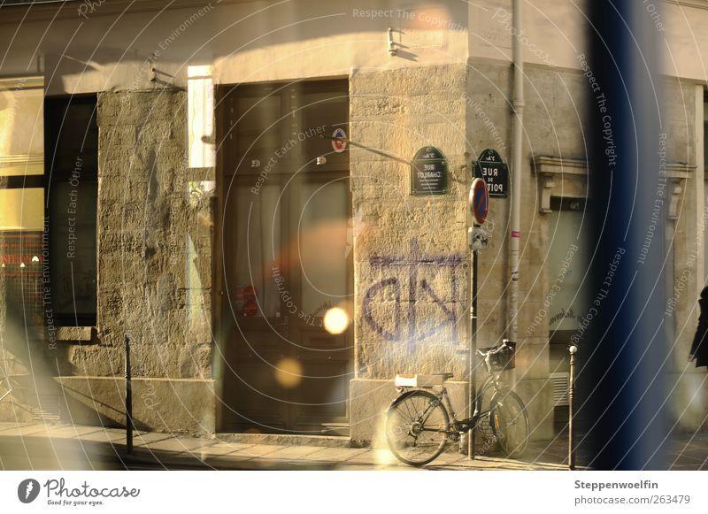 zwei Welten blau Haus Straße Fenster Wand Graffiti Mauer Tür Fassade Verkehr Europa Schönes Wetter Bürgersteig Paris Verkehrswege Frankreich