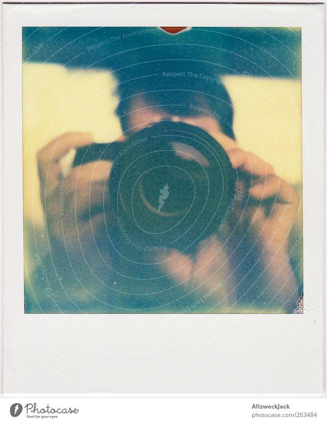 Analog vs. Digital Mensch Jugendliche Erwachsene Kunst Freizeit & Hobby Fotografie maskulin 18-30 Jahre Neugier Fotokamera Junger Mann Veranstaltung Mittelpunkt