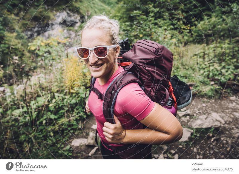 Junge Frau beim Wandern Natur Jugendliche Landschaft Berge u. Gebirge 18-30 Jahre Erwachsene natürlich feminin Bewegung lachen Glück wandern blond Kraft