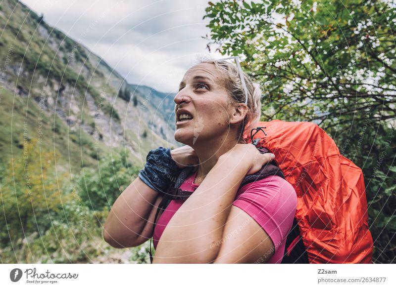 Junge Frau beim Wandern Lifestyle Freizeit & Hobby Ferien & Urlaub & Reisen Abenteuer wandern Jugendliche 18-30 Jahre Erwachsene Natur Landschaft Alpen